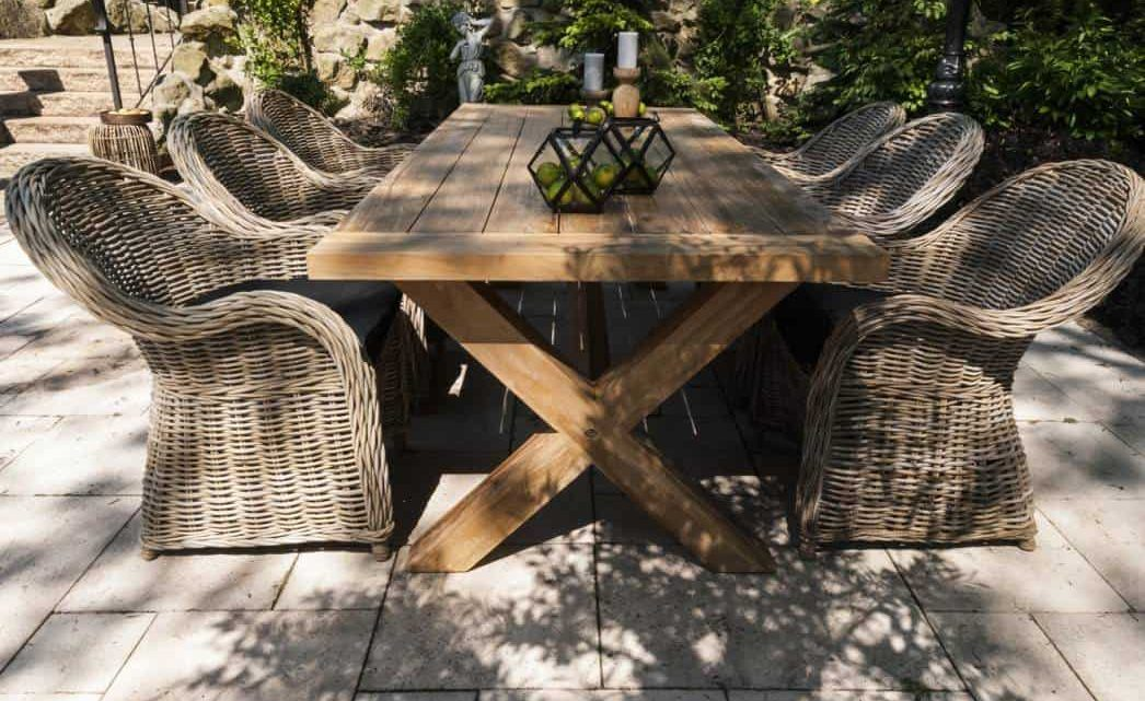 Stół na taras drewniany – jaki wybrać?